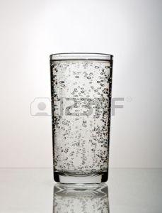 5240001-glas-wasser-mit-blasen-auf-wei-em-hintergrund